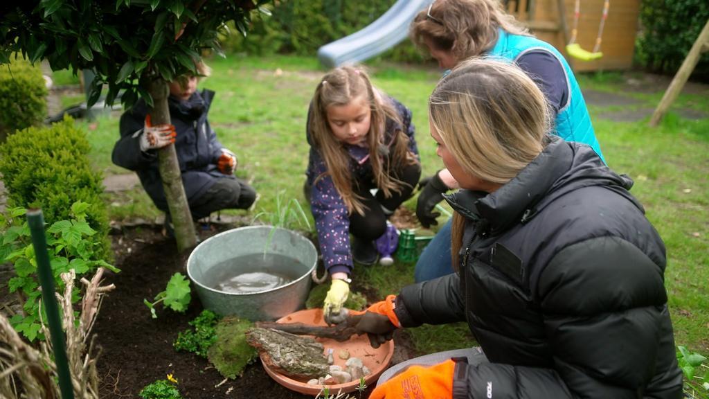 Kim Friedrichs mit der Familie und Gartenexpertin Anke Kälin im Garten