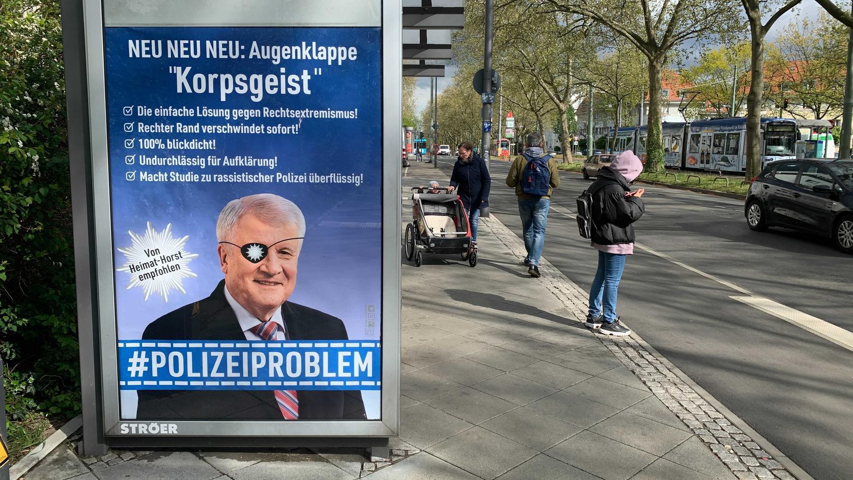Plakate sehen aus wie Werbung, dabei kritisieren sie Polizeiverhalten.