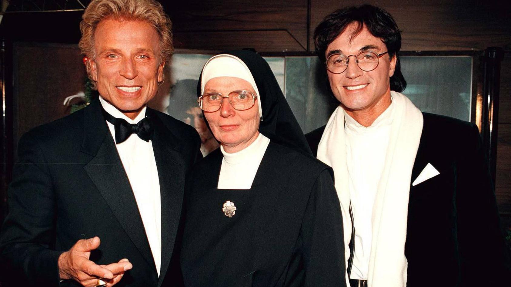 Magier Siegfried (l) und sein Partner Roy (r) zu Gast bei Ordensschwester Dolore.