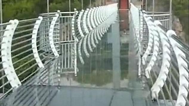 So sieht die Brücke eigentlich aus: Die Glasplatten lassen die Touristen 100 Meter in die Tiefen blicken.