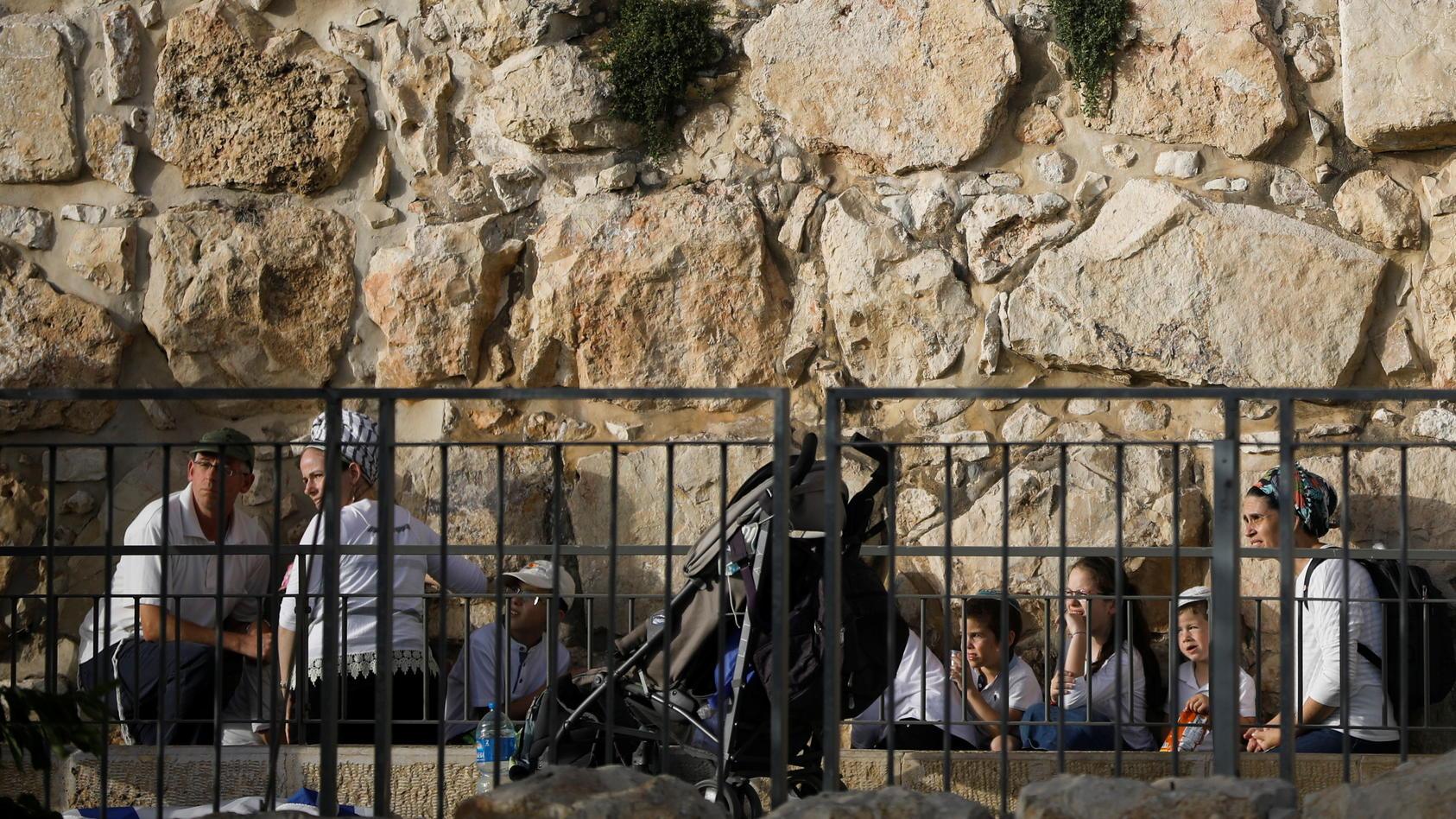 Menschen suchten nach der Raketenwarnung nahe der Klagemauer Schutz
