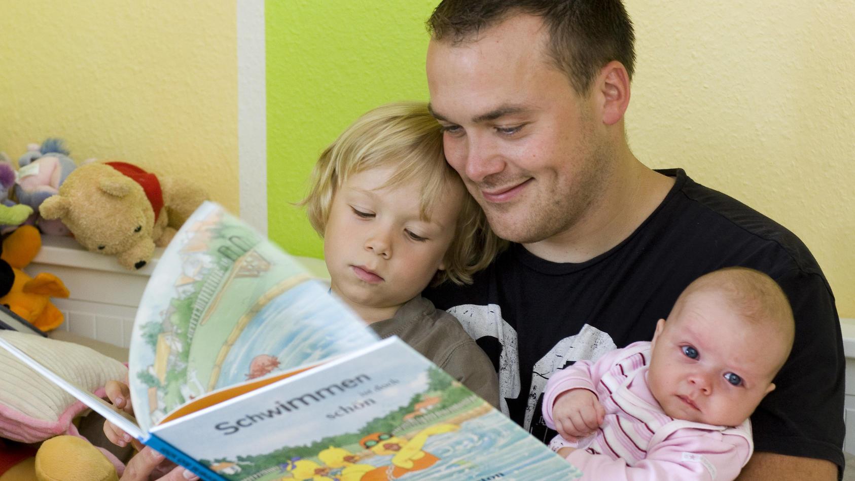 Vorlesen vom entspannten Papa in der Elternzeit steht in immer mehr Haushalten auf der Tagesordnung.