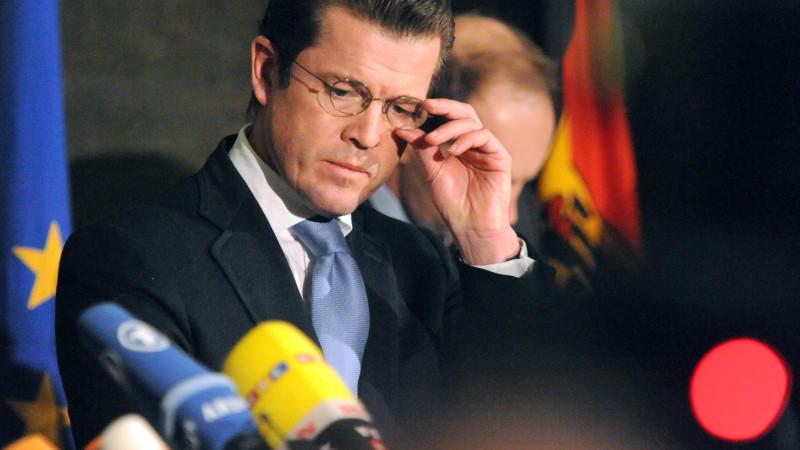 Der damalige Verteidigungsminister Karl Theodor zu Guttenberg (CSU) richtet sich am 18.02.2011 in Berlin im Bundesverteidigunsministerium während eines Pressestatements die Brille.