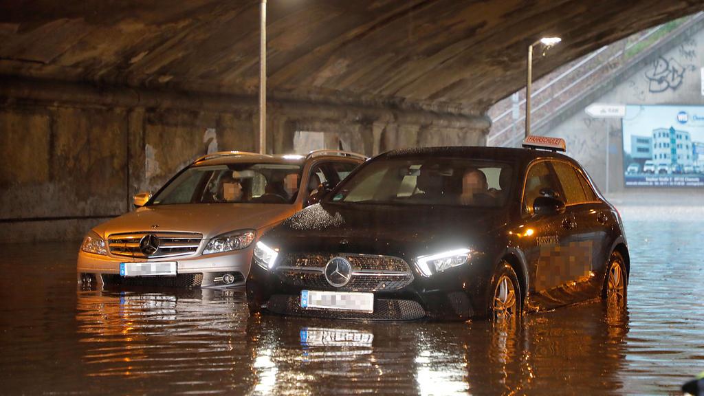 Starkregen_Unwtter 11.05.2021, Chemnitz, Unwetter, Starkregen,Frankenberger Strasse, Bahnbrückenunterführung vol Wasser gelaufen, zwei PKW Mercedes im Wasser stecken geblieben, Insassen konnte die Fahrzeuge nicht verlassen. Berufsfeuerwehr hilft. Ch