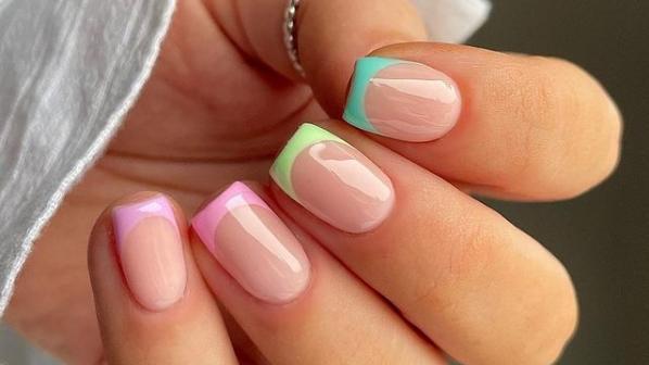 Farbige French Nails sind total im Kommen. Und wer einen wahren Statement-Look kreieren will, setzt dabei nicht nur auf eine Farbe.