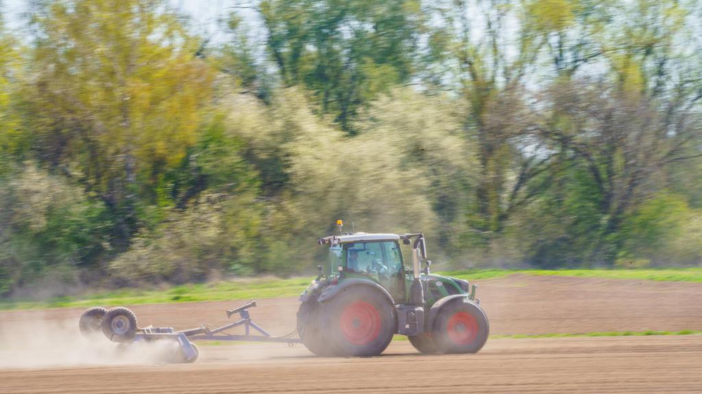 23.04.2021, Hessen, Groß-Zimmern: Die Anbaufläche des Betriebes «Petra Fritsch Landwirtschaft» wird nach der Sojaeinsaat nachverdichtet. Der landwirtschaftliche Betreib baut genfreies Soja an. (zu dpa: «Soja-Anbau in Hessen stark zugenommen - Batteri