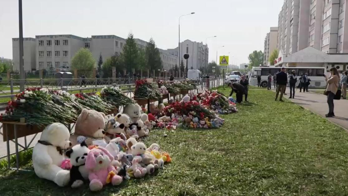 Vor der Schule in Kasan haben Trauernde Blumen und Kuscheltiere abgelegt.