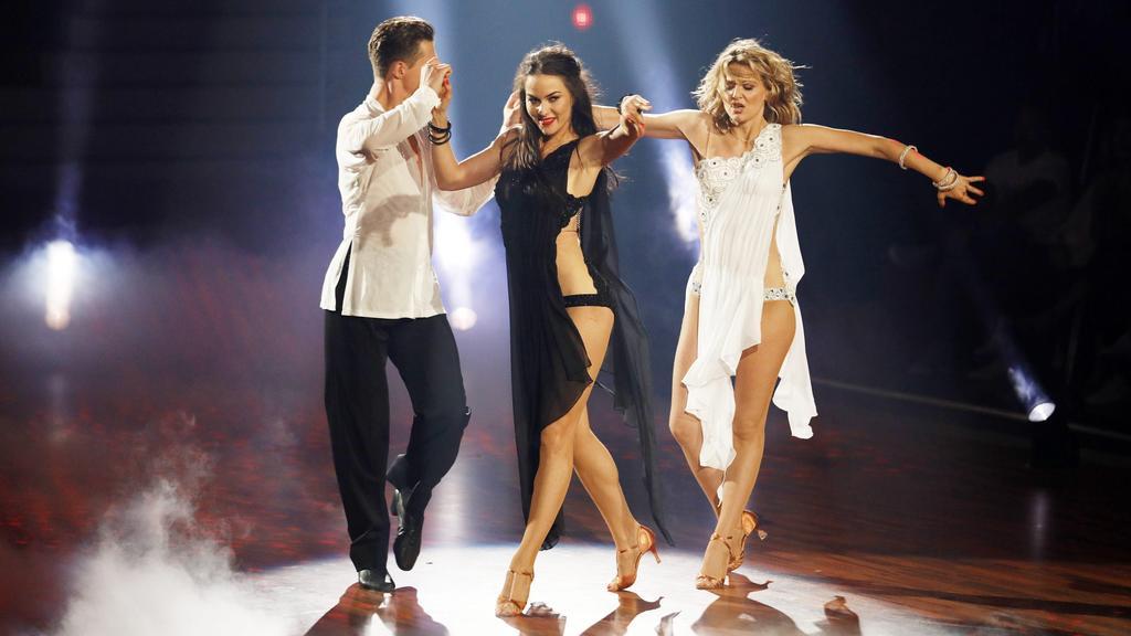Valentin Lusin tanzte mit jeweils einer Frau an der Hand