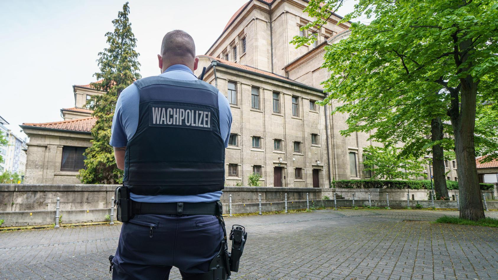 Ein Beamter der Wachpolizei steht vor der Synagoge im Frankfurter Westend. In der Nacht waren vor zwei Synagogen in Nordrhein-Westfalen israelische Flaggen angezündet worden.   Quelle: dpa/ Frank Rumpenhorst