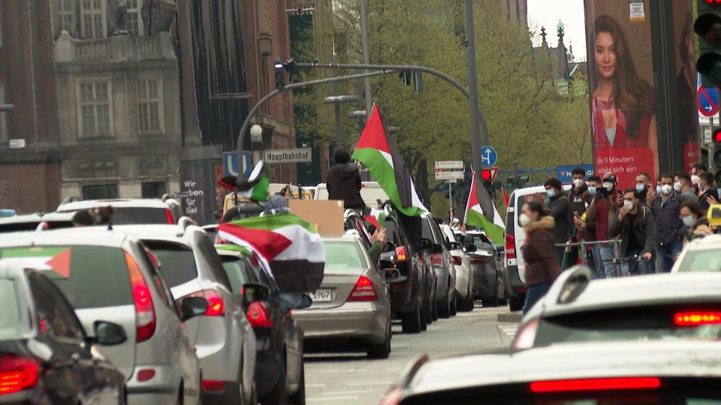 12.05.2021, Hamburg: Das Videostandbild zeigt einen Autokorso von Unterstützern eines freien Palästinas. Nach Angaben der Polizei versammelten sich etwa 200 Menschen im Stadtteil St-Georg, außerdem zählte sie rund 150 Autos. (Bestmögliche Qualität) F
