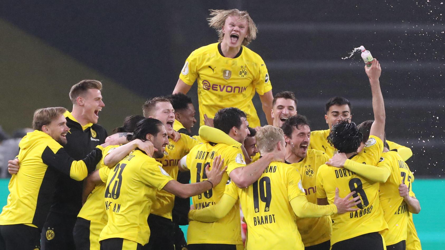 So sehen glückliche Sieger aus: Eine bedenkliche Saison findet ein besonderes Ende.