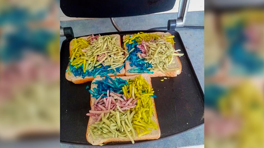 Eine Mutter hat den Käse gefärbt. So entsteht das Regenbogentoast im Sandwichmaker.