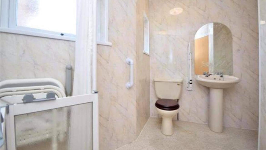 Renovierungsbedürftiges Badezimmer