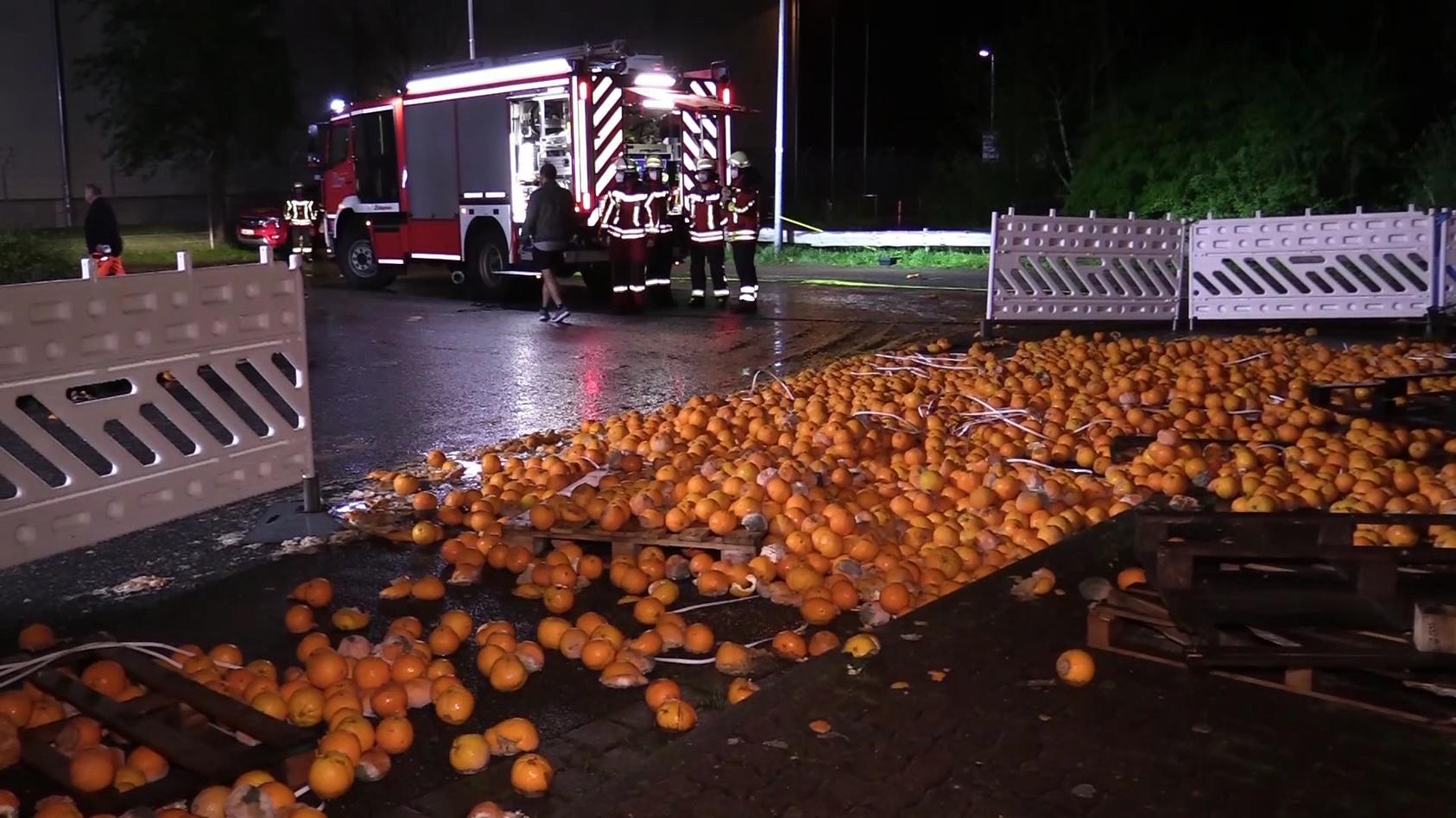 Mehrere Tonnen Orangen liegen am Straßenrand in Neu Wulmstorf.