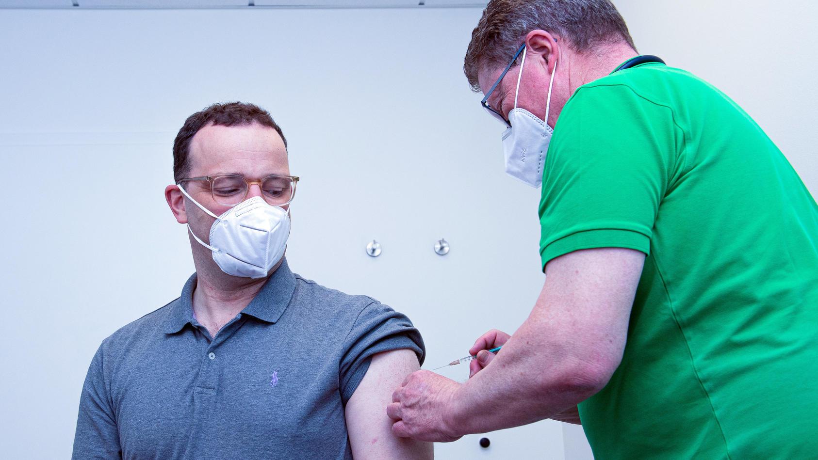 Gesundheitsminister Jens Spahn (links) erhält in er der Hausarztpraxis in Legden (NRW) seine erste Impfung gegen das Coronavirus.