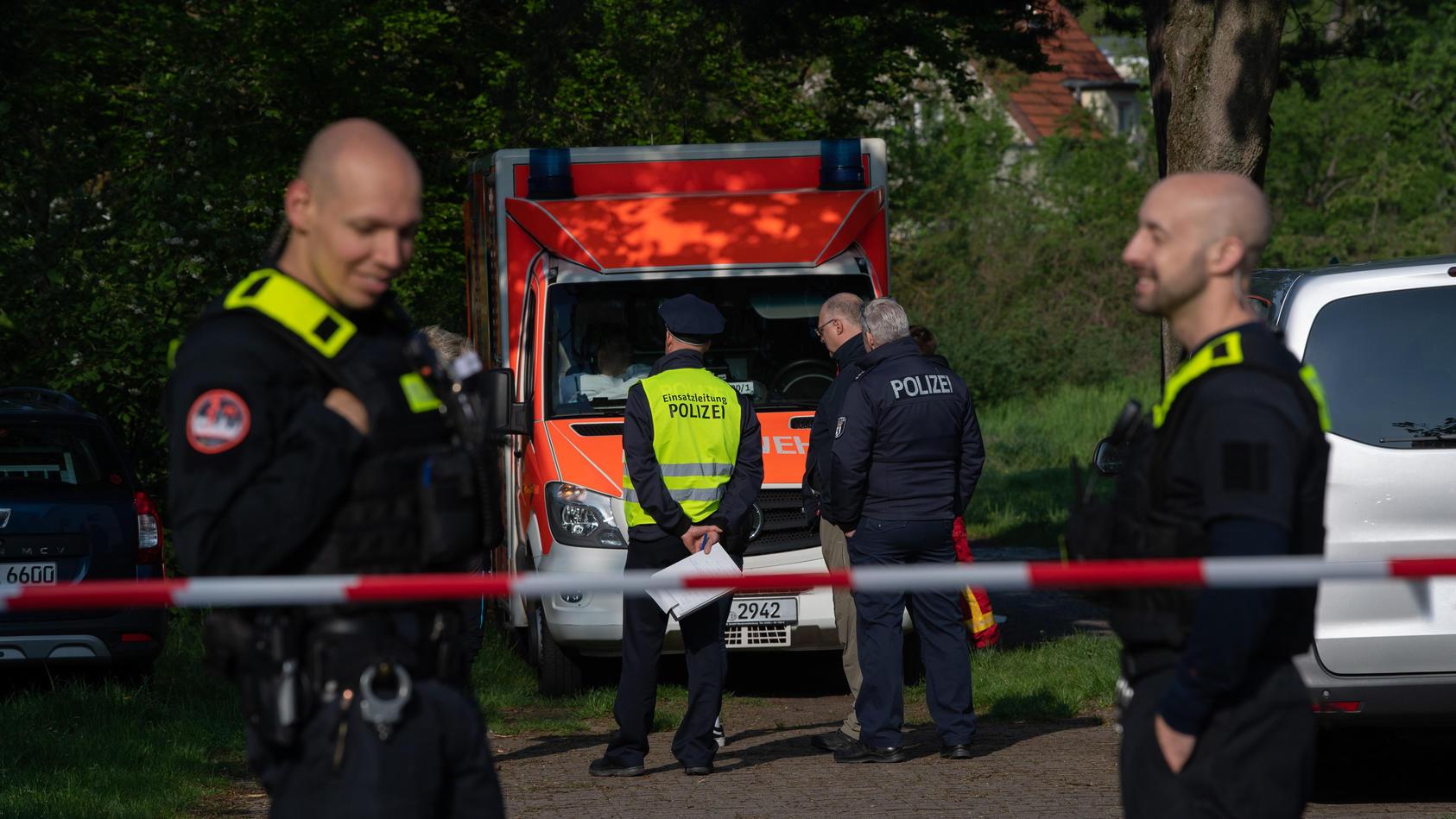 Polizeibeamte an einem Absperrband unweit einer Parkanlage an der Idsteiner Straße Ecke Seibtweg in Berlin-Zehlendorf  unweit des Tatorts