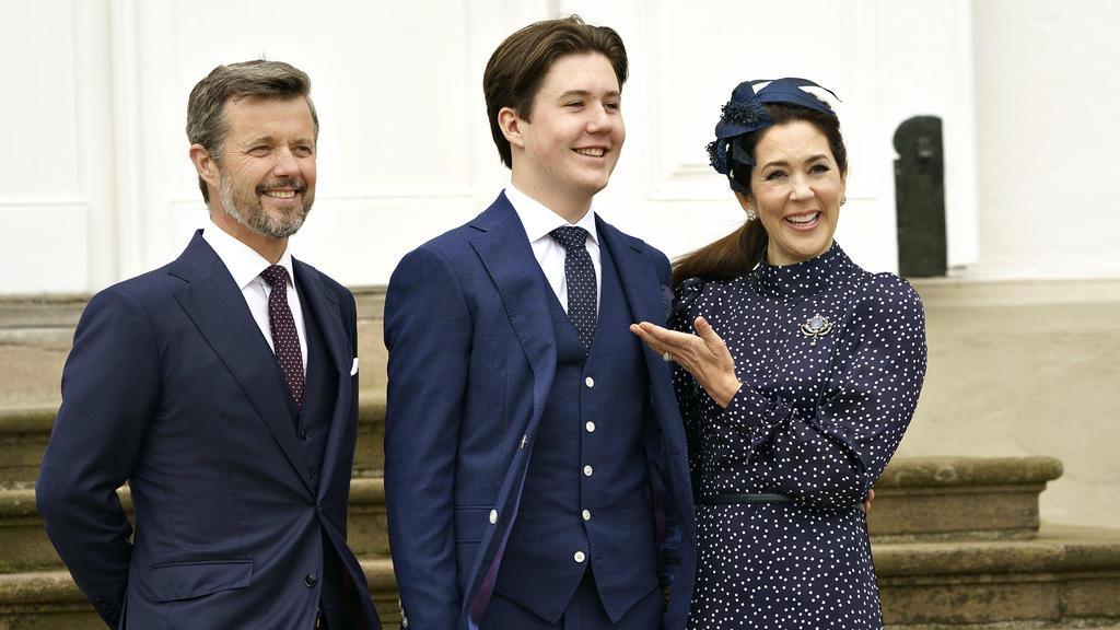 dpatopbilder - 15.05.2021, Dänemark, Fredensborg: Prinz Christian (M) steht mit seinen Eltern Kronprinz Frederik von Dänemark und Kronprinzessin Mary nach seiner Konfirmation für ein gemeinsames Foto zusammen. Die Zeremonie ist privat mit nur 25 Gäst