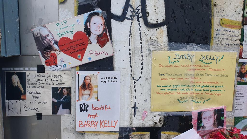 Mit Fotos, Briefen und Kerzen gedenken Fans der gestorbenen Barby Kelly