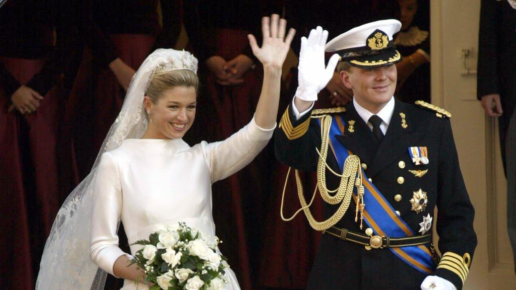 Winkend verlassen der niederländische Kronprinz Willem Alexander und seine Frau Prinzessin Maxima am 2.2.2002 nach der kirchlichen Hochzeit die Nieuwe Kerk von Amsterdam. 1800 geladene Gäste sahen und hörten in dem festlich geschmückten Gotteshaus, w