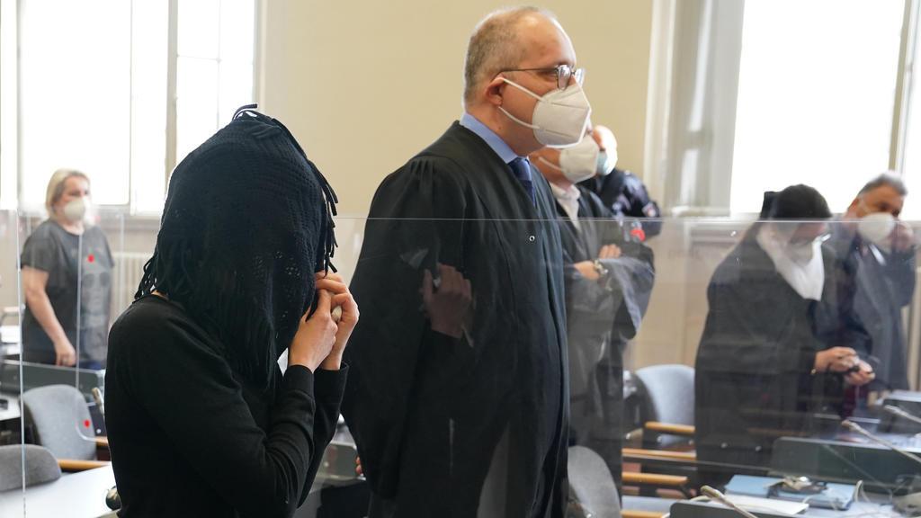 Die Angeklagte Stefanie H. verdeckt ihr Gesicht unter einem schwarzen Tuch.