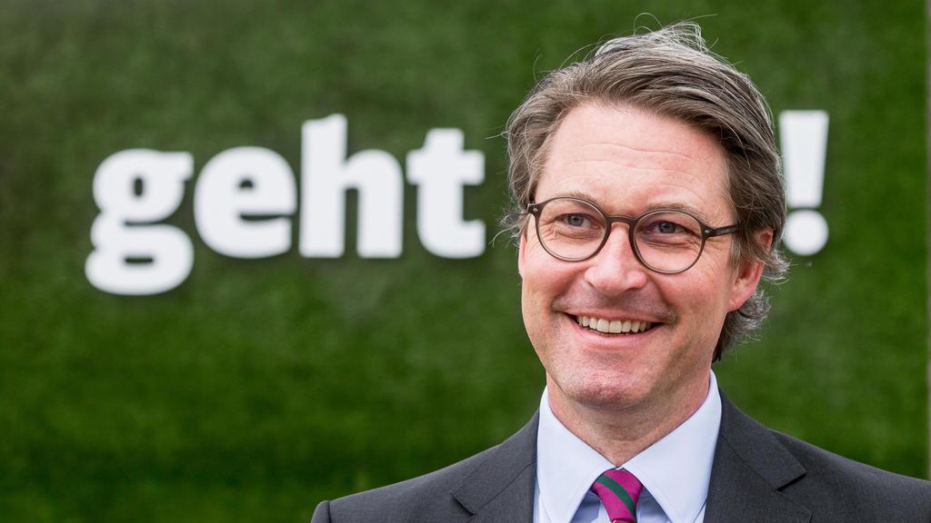 """10.05.2021, Hamburg: Andreas Scheuer (CSU), Bundesverkehrsminister, steht vor einer Stellwand mit den Buchstaben """"geht !"""". Mit einem symbolischen Spatenstich wurde der Baubeginn der neuen S-Bahnlinie S4 (Ost) begangen. Foto: Markus Scholz/dpa +++ dpa"""