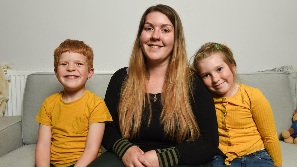 Familie aus South Wales sitzt auf Couch