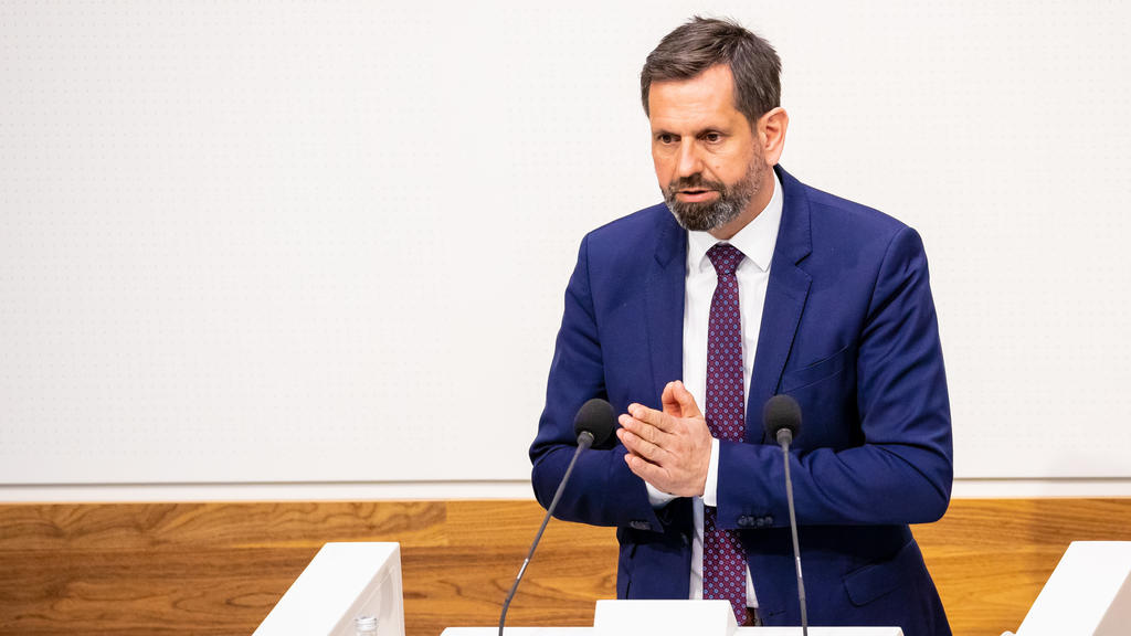 28.04.2021, Niedersachsen, Hannover: Olaf Lies (SPD), Minister für Wirtschaft, Arbeit und Verkehr, spricht in der Sitzung des niedersächsischen Landtags. Foto: Moritz Frankenberg/dpa +++ dpa-Bildfunk +++