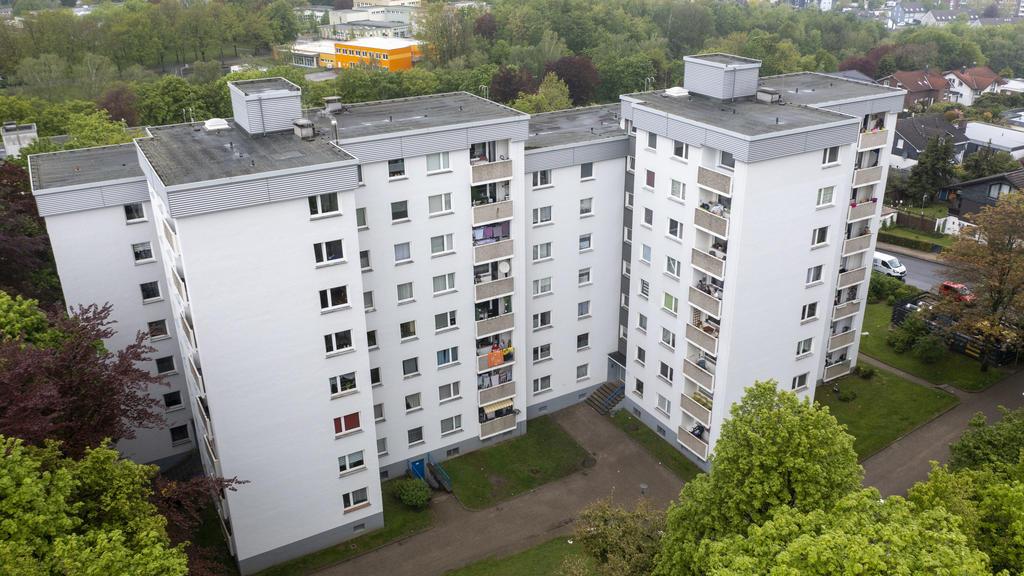 18.05.2021, Nordrhein-Westfalen, Velbert: Zwei Hochhäuser sind abgesperrt und fast 200 Bewohner seit Sonntag unter Quarantäne gestellt. Im Fall der rund 200 Menschen unter Quarantäne in Velbert ist bislang bei einem Bewohner die indische Variante des