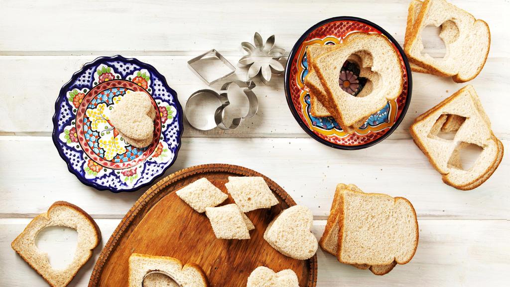 Lassen Sie Ihr Kind sein Lieblingsmotiv wählen und das Brot selbst ausstechen.