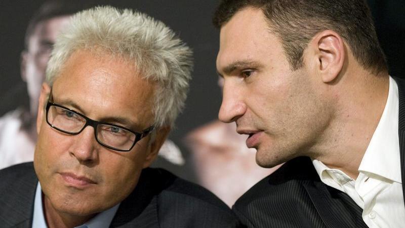 Manager Bernd Bönte hört Vitali Klitschko ganz genau zu.