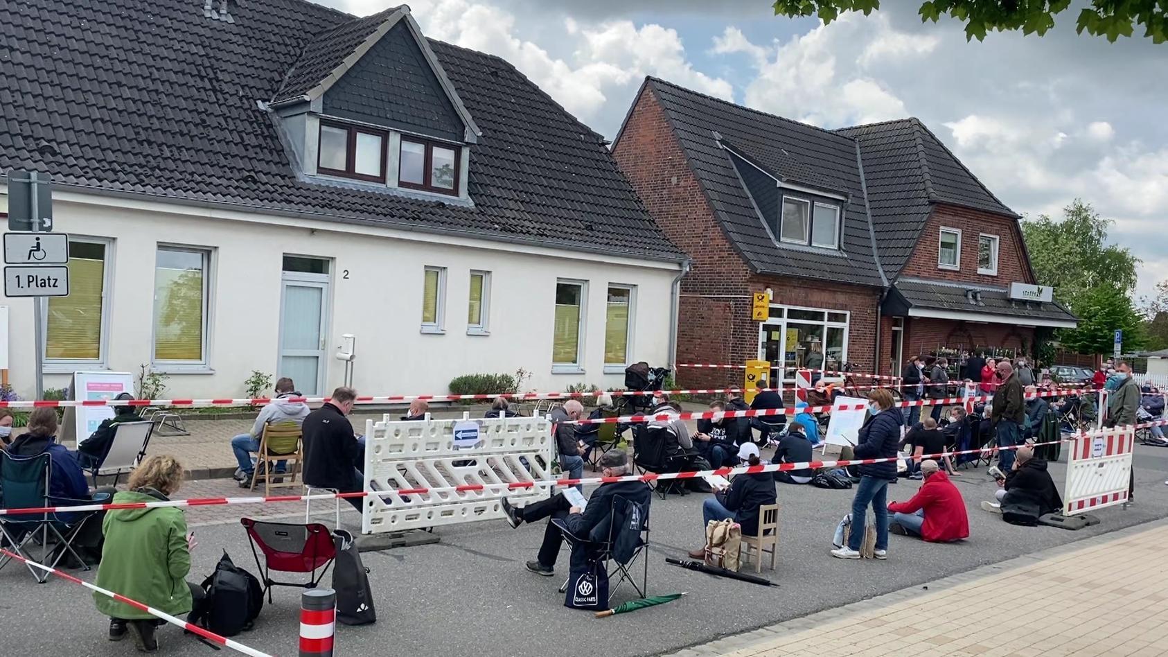 Viele Menschen warten in Schacht-Audorf auf ihre Impfung.