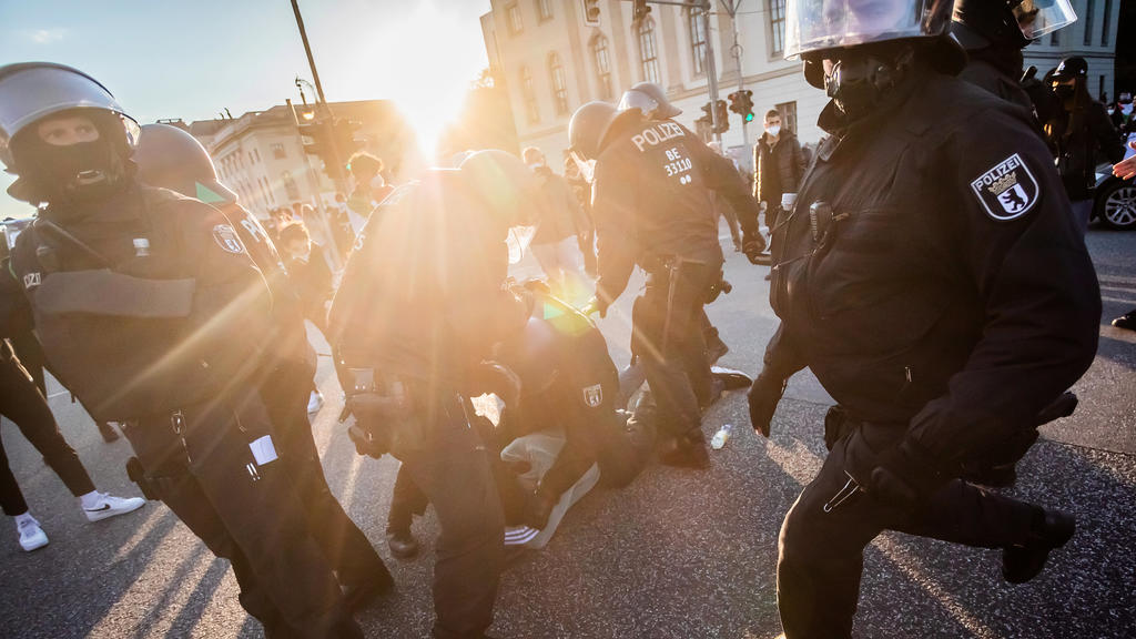 dpatopbilder - 19.05.2021, Berlin: Polizisten nehmen nach einer Demonstration unter dem Motto «Gegen die israelische Aggression in Palästina» auf dem Boulevard Unter den Linden eine Person fest. Foto: Christoph Soeder/dpa +++ dpa-Bildfunk +++