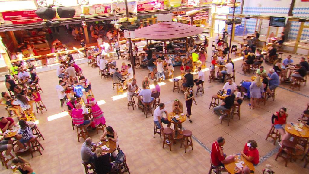 Viele Tische stehen auf Abstand im Raum, jeweils mit maximal vier Personen besetzt.