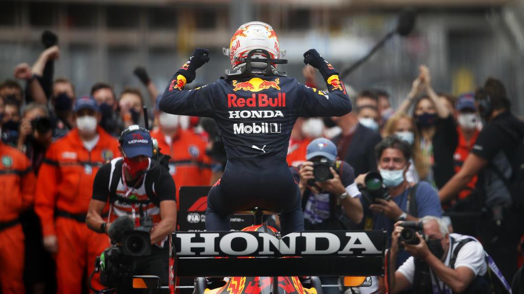 Sport Bilder des Tages Formula 1 2021: Monaco GP CIRCUIT DE MONACO, MONACO - MAY 23: Max Verstappen, Red Bull Racing, 1st position, arrives in Parc Ferme during the Monaco GP at Circuit de Monaco on Sunday May 23, 2021 in Monte Carlo, Monaco. Photo b