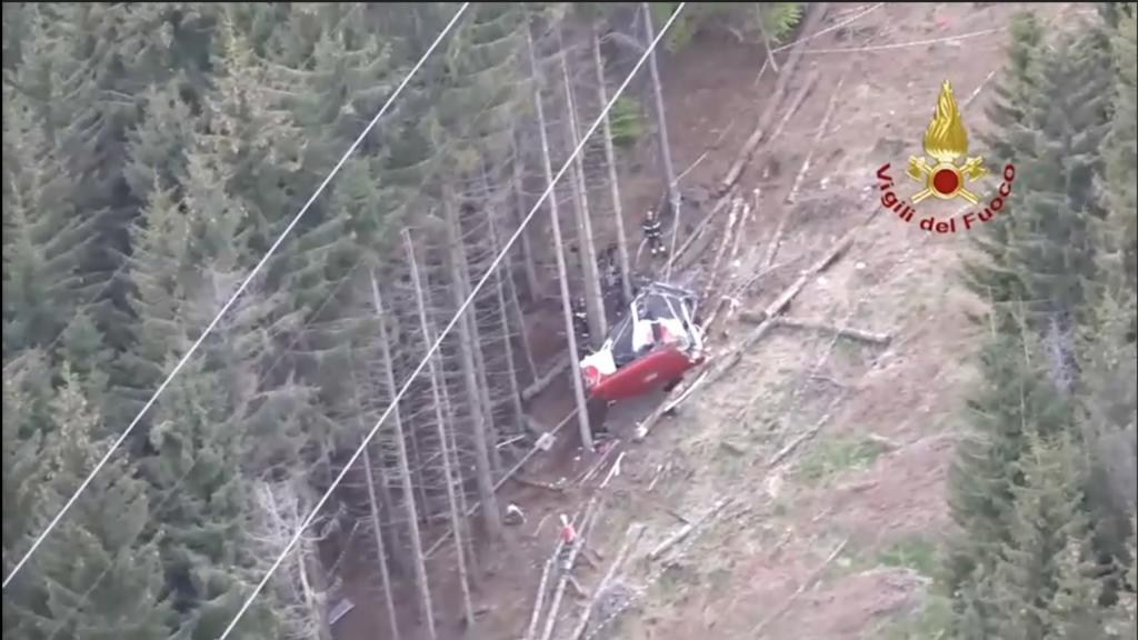 Bilder der Feuerwehr und der Polizei zeigten die völlig zerbeulte Kabine an einem steilen Hang in einem Waldstück.