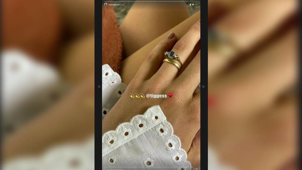 Marie Nasemann zeigt ihren Ehering.