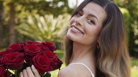 Maxime tauscht holländische Tulpen gegen rote Rosen.