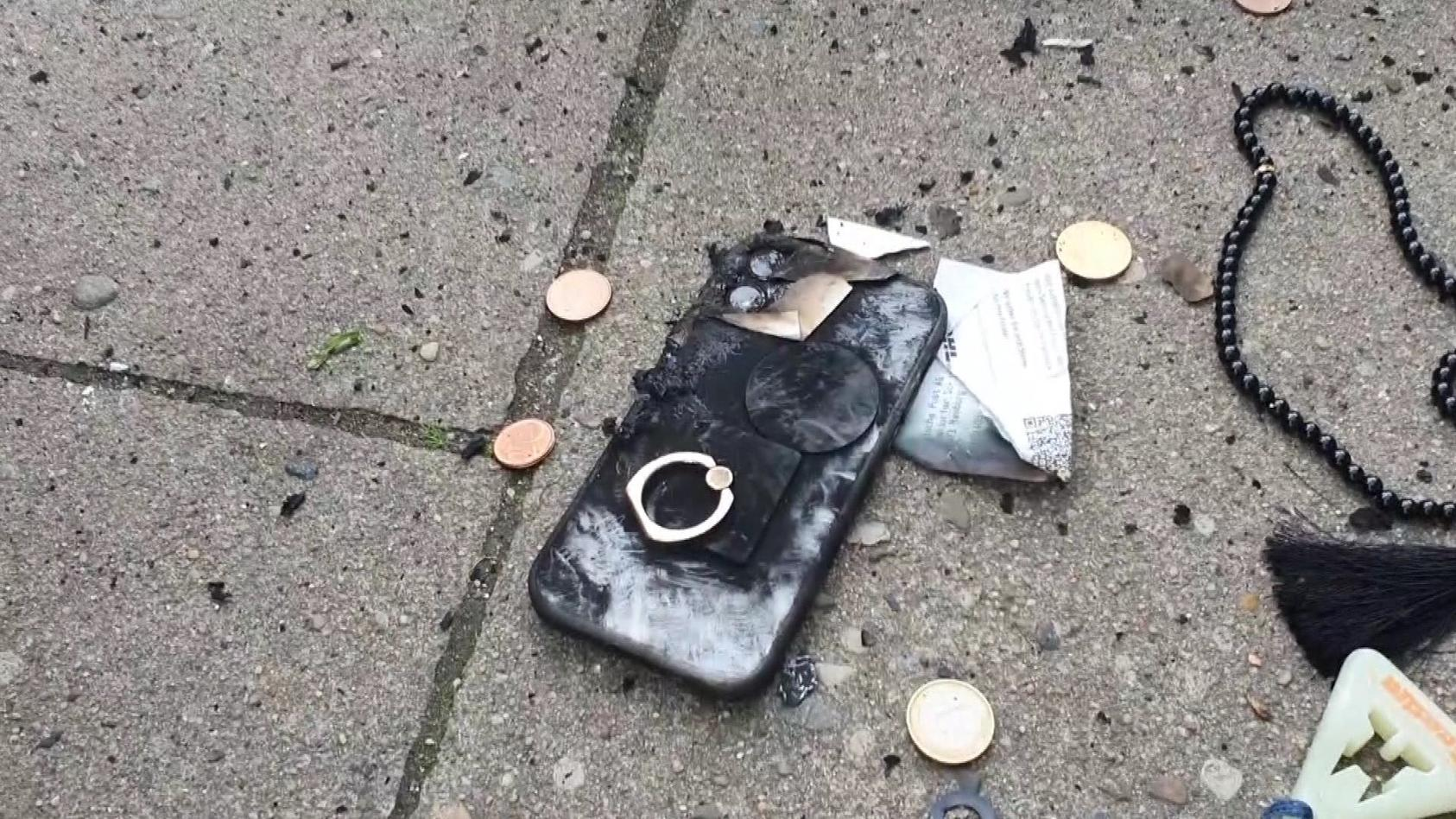 Das Handy ist durch die Explosion komplett zerstört.