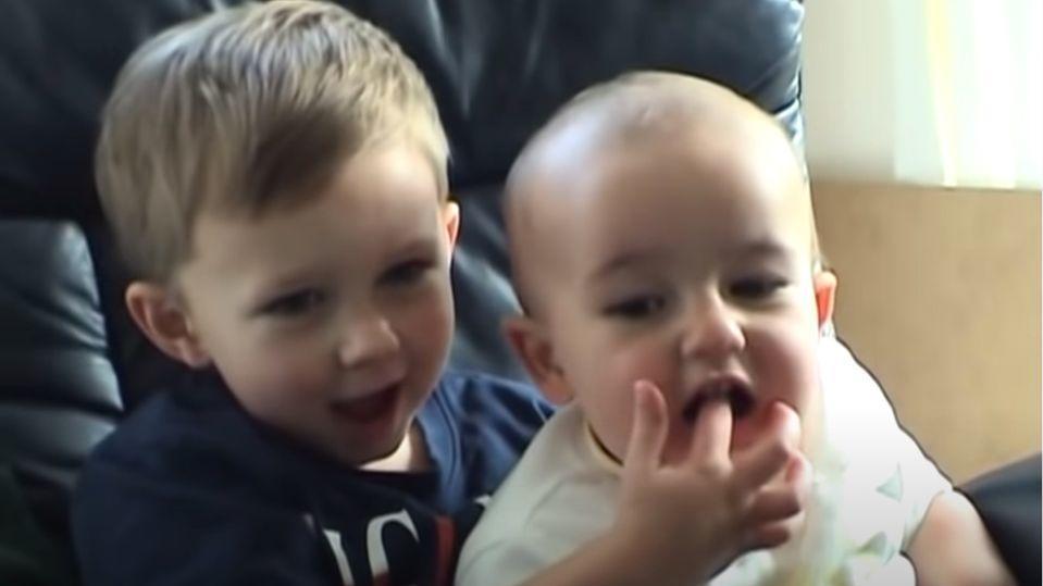 """Im mai 2007 wurden Harry Davis-Carr (l.) und sein kleiner Bruder Charlie durch das Video """"Charlie bit my finger – again"""" zu weltweiten YouTube-Stars."""