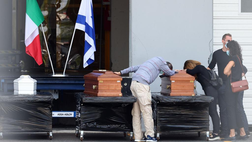 Angehörige trauern an den Särgen der israelischen Familie.