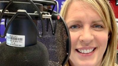 Die englische Radiomoderatorin Lisa Shaw im Studio.