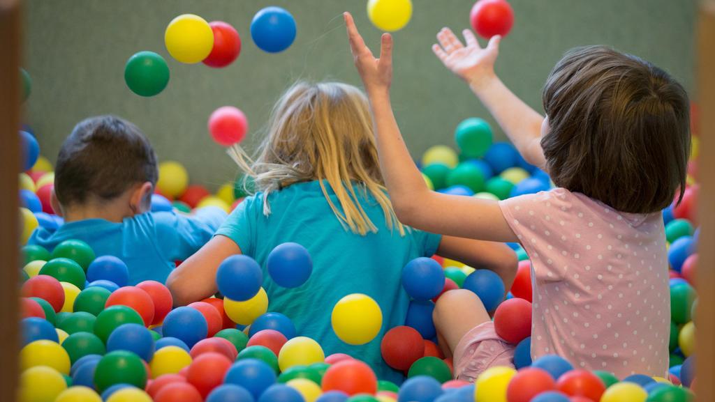 Kinder spielen in einem Bällebad in einer Kindertagesstätte. Niedersachsens Kinder- und Jugendkommission übergibt Sozialministerin Daniela Behrens (SPD)Empfehlungen zur Stärkung der Kinderrechte.