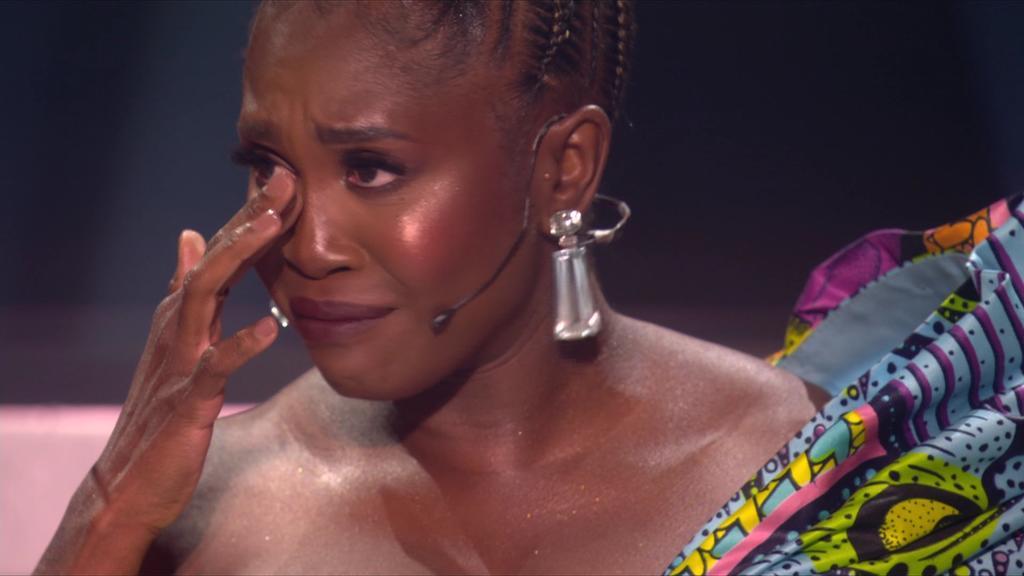 """Motsi Mabuse lässt ihren Emotionen nach dem letzten Tanz bei """"Let's Dance 2021"""" freien Lauf."""