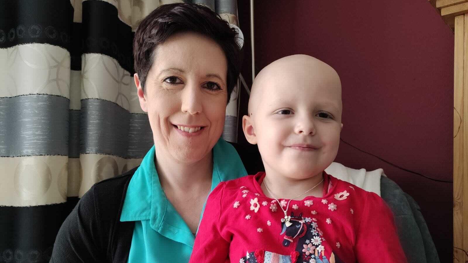 Daniela Berlit (links) bekommt ein besonderes Geschenk von ihren Kollegen, damit sie für ihre Tochter Fiona (rechts) da sein kann.