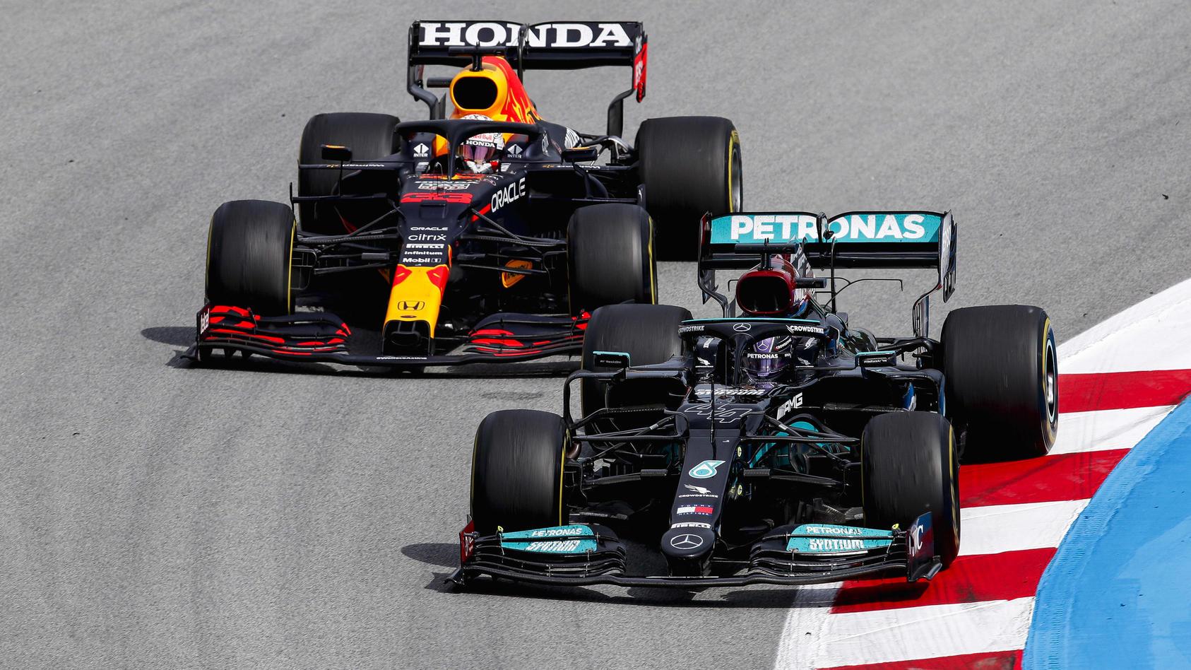 Endlich mal wieder ein ganz enger WM-Kampf: Max Verstappen im Infight mit Lewis Hamilton (r.)