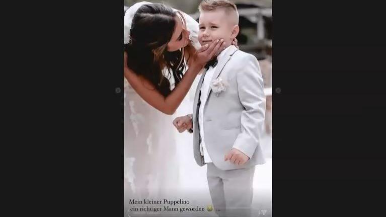 Sarah knuddelt Söhnchen Alessio bei ihrer Hochzeit mit Julian.