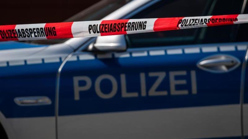 EinEinsatzort der Polizei ist mit Flatterband abgesperrt. Foto: Robert Michael/dpa-Zentralbild/dpa/Symbolbild