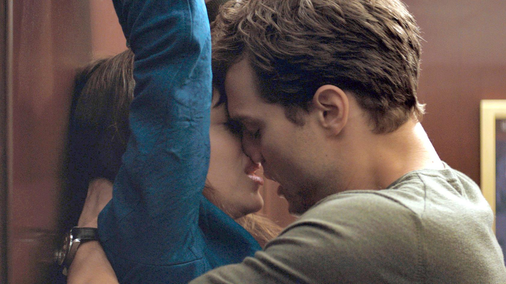 """Auch im 6. Teil der Erfolgsreihe von """"Fifty Shades of Grey"""" prickelt es heftig zwischen Anastasia Steele und Christian Grey - in der Verfilmung dargestellt von Dakota Johnson und Jamie Dornan."""