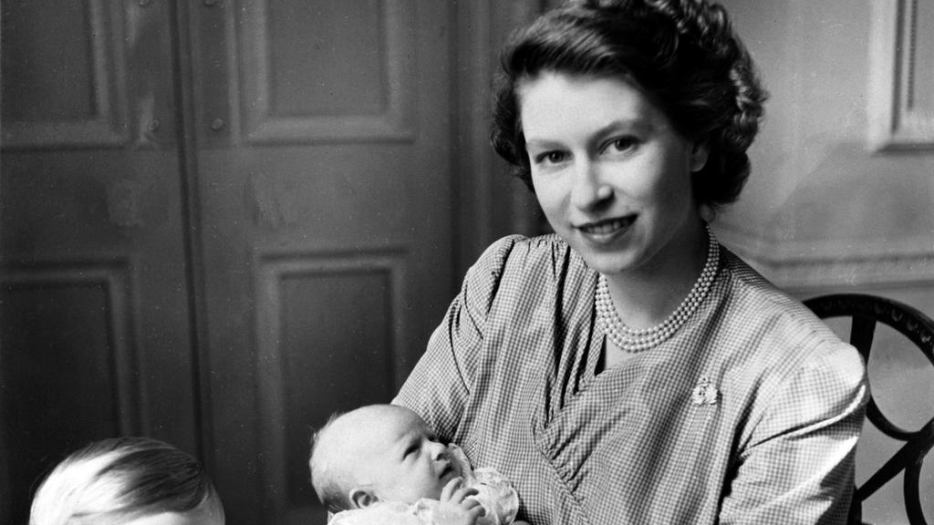 Prinzessin Elizabeth, die heutige britische Monarchin, mit ihren beiden Kindern Prinzessin Anne und Prinz Charles (l) am 15.09.1950 in London, einen Monat nach der Geburt von Anne. +++(c) dpa - Report+++