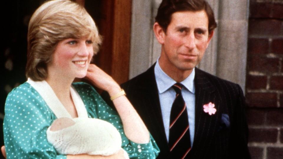 """ARCHIV - Am Tag nach der Geburt verlässt Prinzessin Diana mit ihrem Erstgeborenen, Prinz William, auf dem Arm und Ehemann Prinz Charles an ihrer Seite das St.Mary's Hospital in London (Archivfoto vom 22.6.1982). Foto: UPI (zu dpa:""""Sohn von Herzogin K"""
